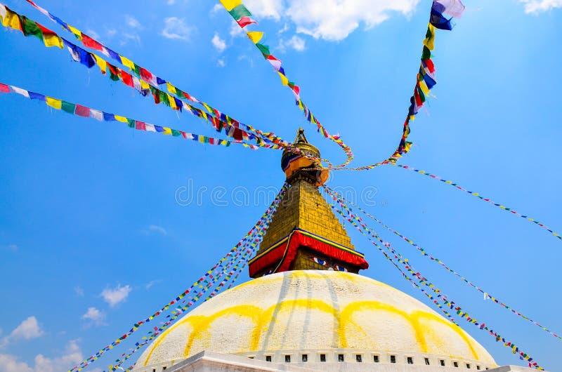 Bouddhanath stupa med färgrika buddistiska flaggor, Katmandu, Nepal royaltyfri foto