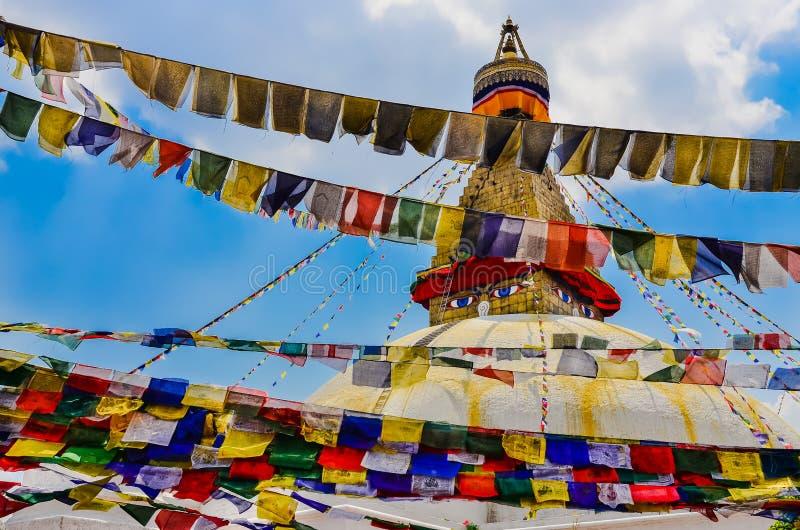 Bouddhanath stupa och färgrika buddistiska flaggor arkivfoton