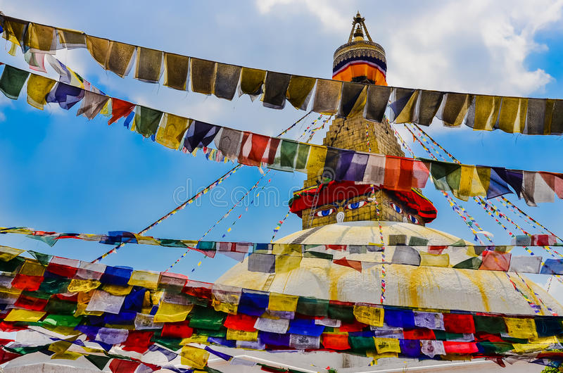 Bouddhanathstupa en kleurrijke boeddhistische vlaggen stock foto's