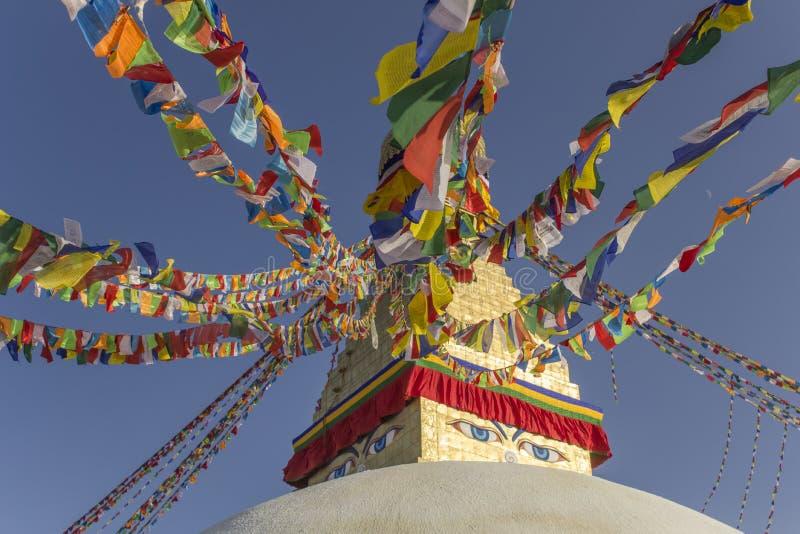 Boudhanath Stupa bouddhiste tibétain avec les drapeaux colorés de prière contre un ciel bleu clair photo stock