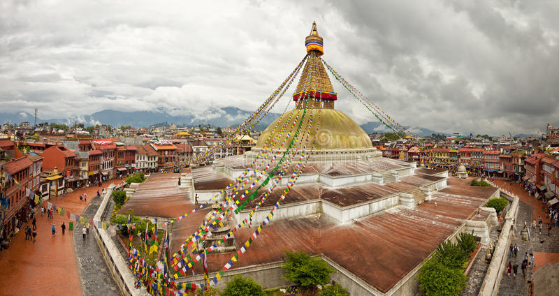 Boudhanath Stupa och närgränsande byggnader i Katmandu av Nepal mot molnig himmel från över royaltyfri fotografi