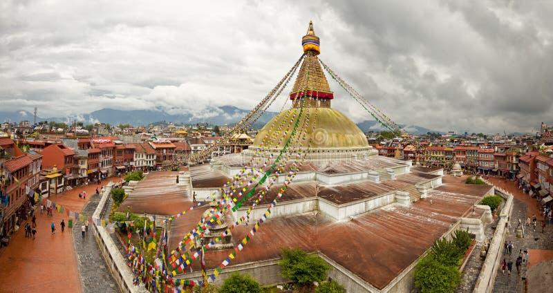 Boudhanath Stupa und angrenzende Gebäude in Kathmandu von Nepal gegen bewölkten Himmel von oben lizenzfreie stockfotografie