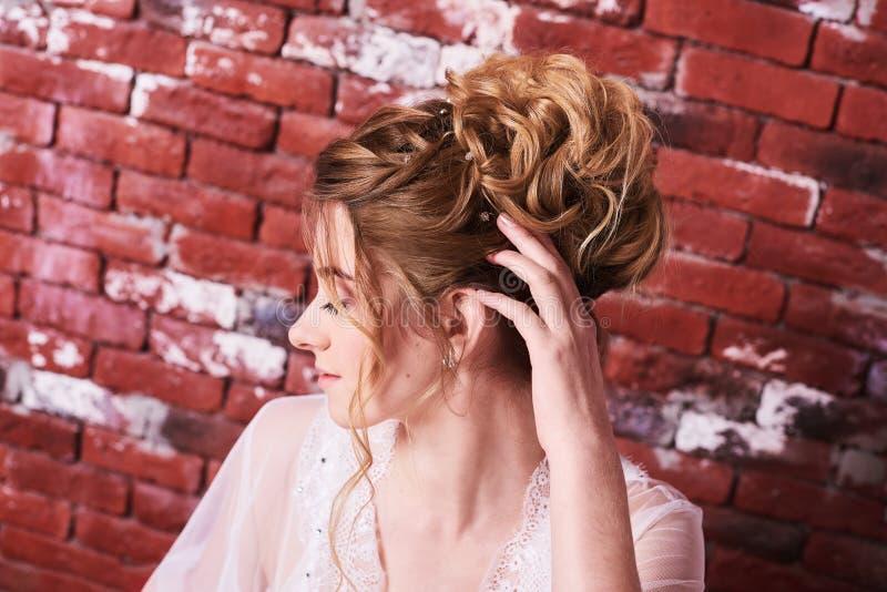 Boudoir bonito da noiva Composição e penteado do casamento do retrato, menina no véu e joia em casa Manh? do casamento da noiva F imagem de stock