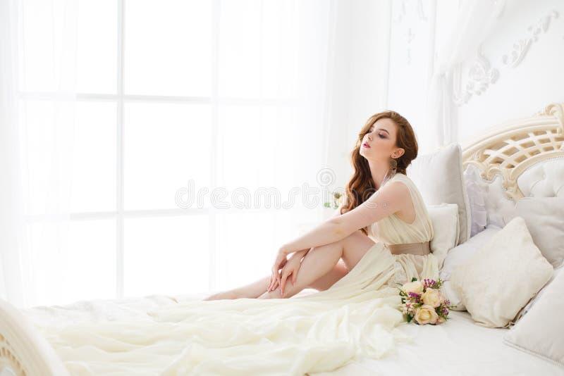 Boudoirbraut ` s Morgen Nettes rothaariges Mädchen in ihrem Hochzeitstag lizenzfreie stockbilder