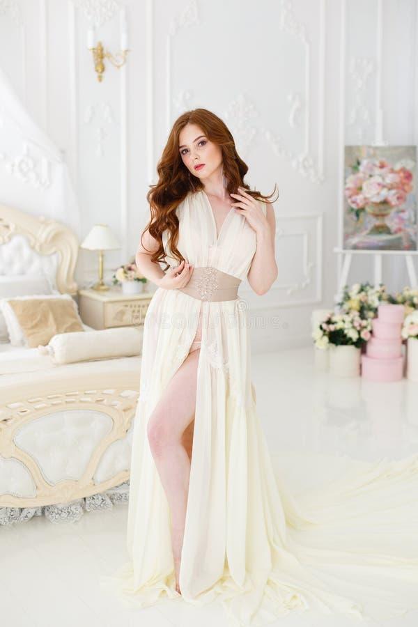Boudoirbraut ` s Morgen Nettes rothaariges Mädchen in ihrem Hochzeitstag stockfotografie