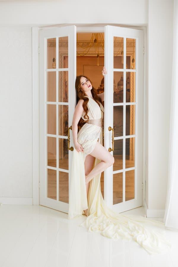 Boudoirbraut ` s Morgen Nettes rothaariges Mädchen in ihrem Hochzeitstag lizenzfreies stockbild