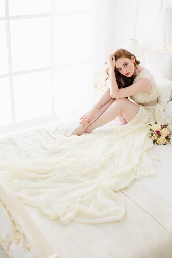 Boudoirbraut ` s Morgen Nettes rothaariges Mädchen in ihrem Hochzeitstag stockbilder