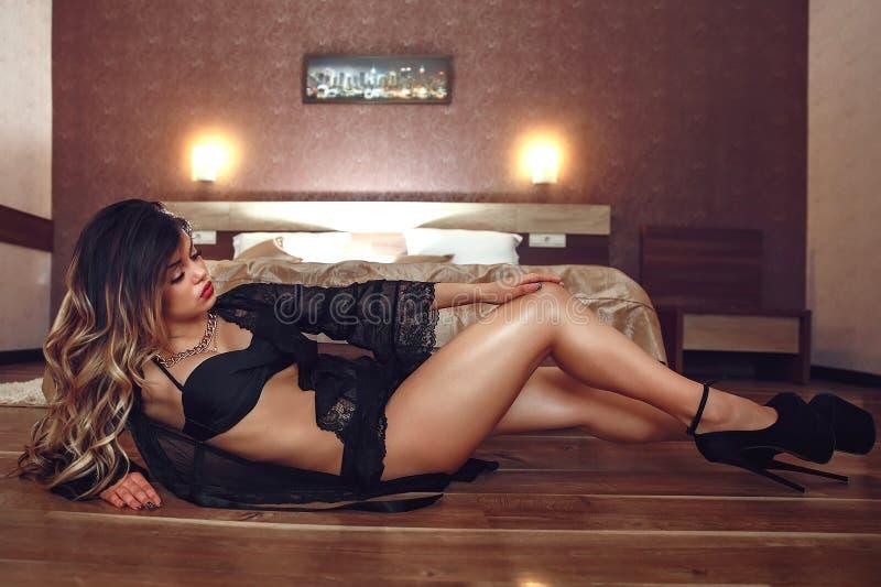 Boudoirfoto des sexy Mädchens stilvolle schwarze Wäscheunterwäsche tragend stockfotos