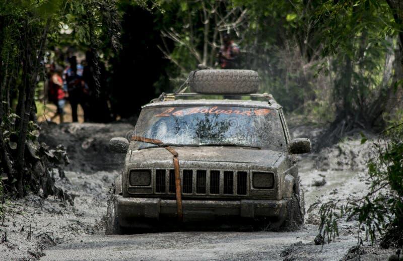 Boue de course d'équipe de jeep coincée photos stock