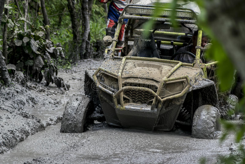 Boue de course de cowboy d'équipe de jeep coincée photo stock