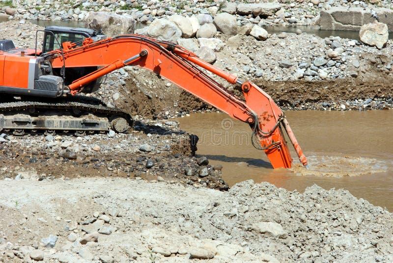 Boue de dragage de sédiment d'excavatrice images stock