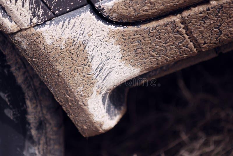 Boue sur le panneau de culbuteur de véhicule photographie stock