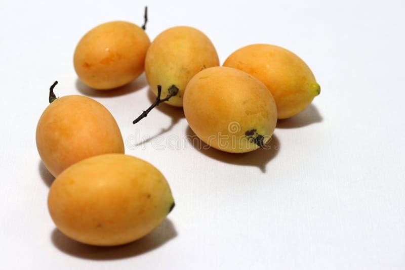 Bouea-macrophylla, allgemein bekannt als gandaria setzte Stapel auf weißen Hintergrund stockbild