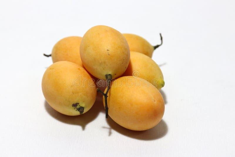 Bouea-macrophylla, allgemein bekannt als gandaria setzte Stapel auf weißen Hintergrund lizenzfreie stockfotografie