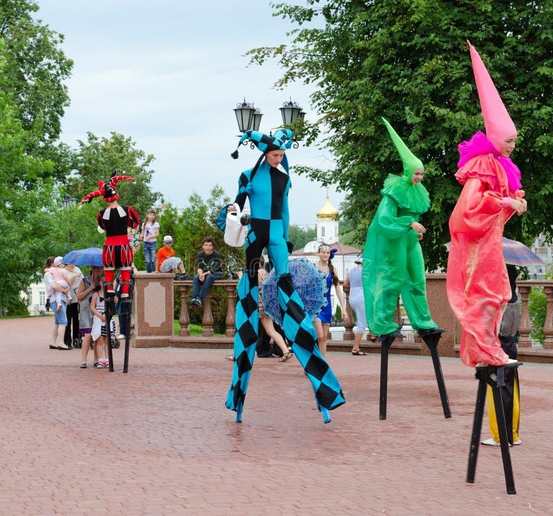 Bouffons sur des échasses pendant le bazar slave de festival, Vitebsk, Belar photo libre de droits