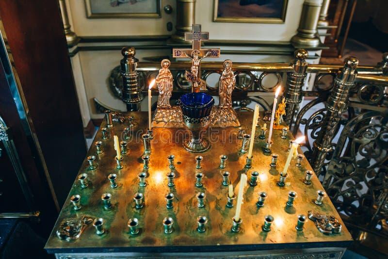 Bougeoir d'or dans l'église, support pour des bougies à l'intérieur d'église orthodoxe images libres de droits