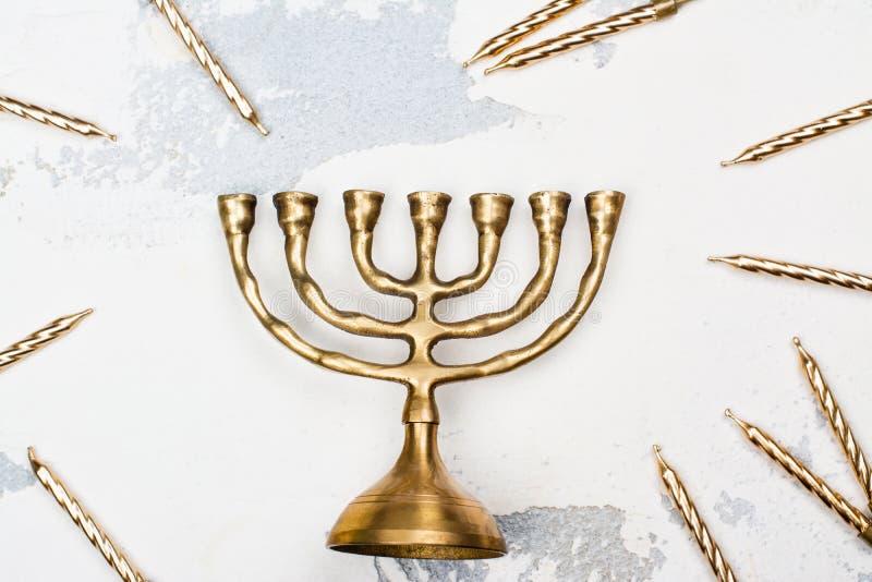 Bougeoir et bougies d'or traditionnels de Hanoucca sur le Ba blanc photographie stock libre de droits