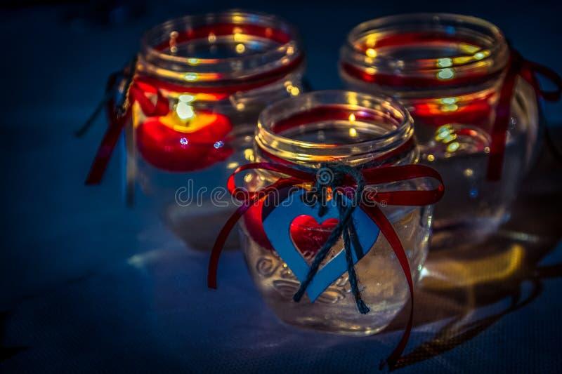Bougeoirs avec les ornements en forme de coeur image libre de droits