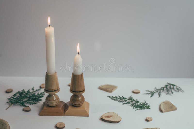 Bougeoirs en bois à l'arbre de Noël, nouvelle année photos stock