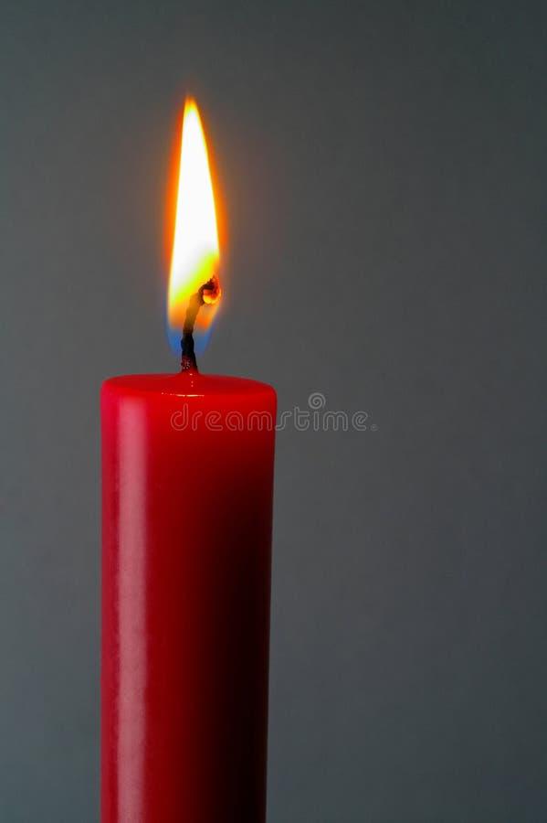 Bougie allumée rouge avec le chemin de découpage photos stock