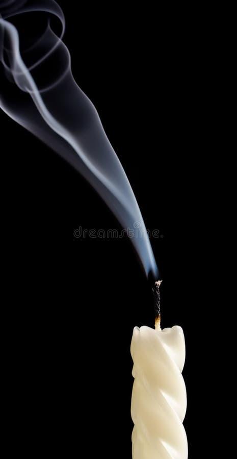Bougie avec de la fumée images stock