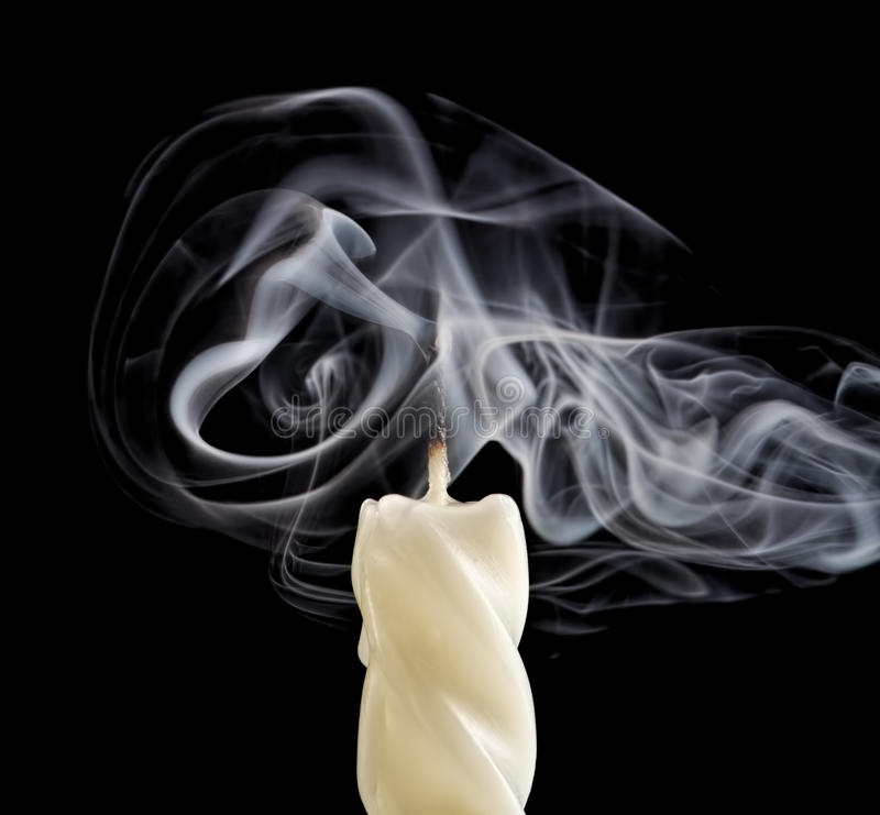 Bougie avec de la fumée photographie stock