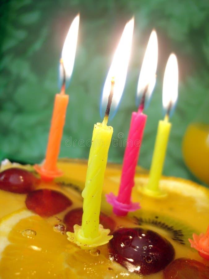 Bougie avec le gâteau d'anniversaire photo libre de droits