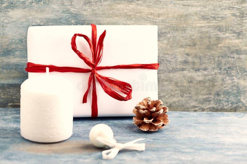 Bougie blanche, cadeau de Noël et petite babiole photos libres de droits