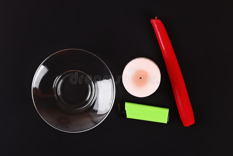 Bougie blanche de Diy Halloween Halloween couverte en cire rouge comme des baisses de sang sur le fond noir photo libre de droits
