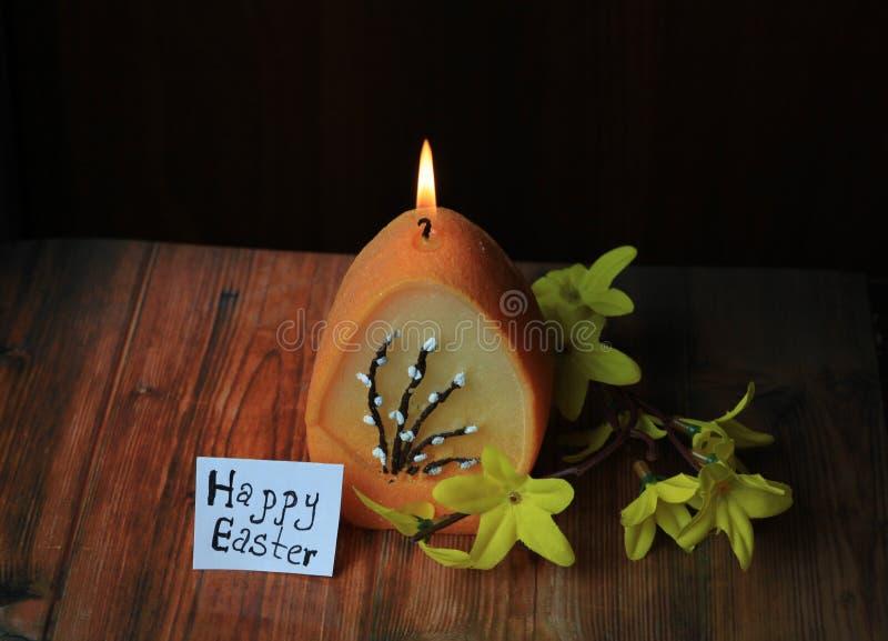 Bougie brûlée avec un oeuf, Joyeuses Pâques photographie stock