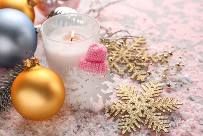 Bougie brûlante avec des décorations de Noël sur le fond de couleur photo libre de droits