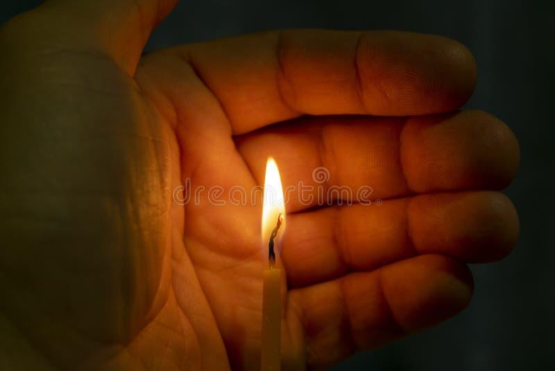 Bougie brûlante d'église de cire à disposition photographie stock