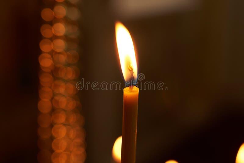 Bougie brûlante de cire dans l'église photos libres de droits