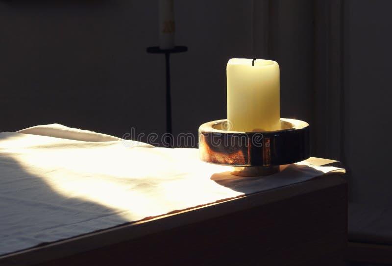 Bougie d'église à l'autel photo libre de droits