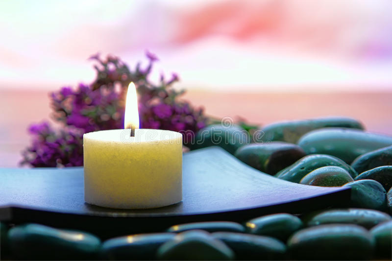 Bougie d'Aromatherapy dans une station thermale images stock