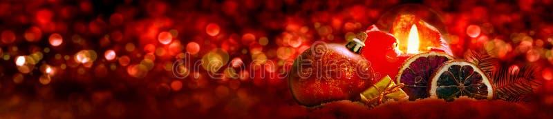 Bougie d'arrivée et décoration de Noël photos libres de droits
