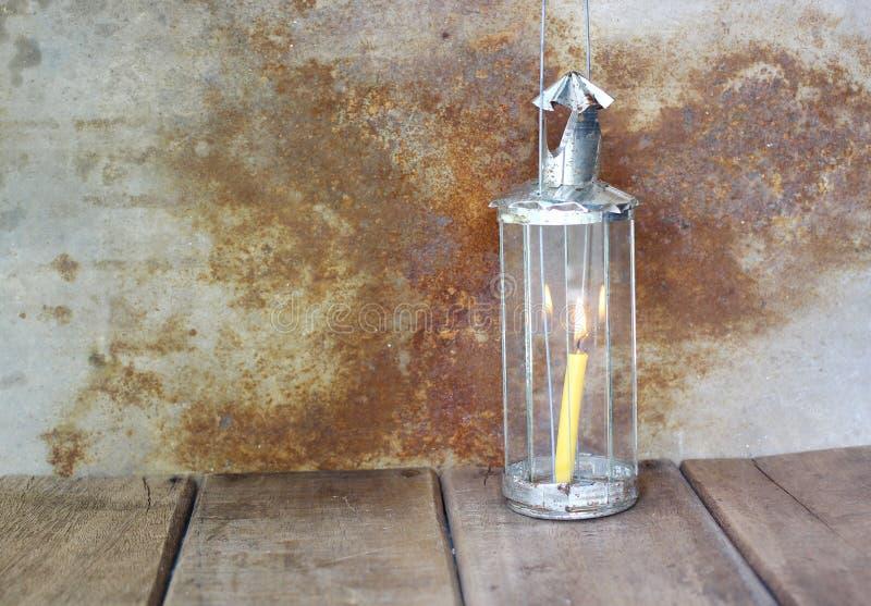 Bougie dans la lumière artificielle de vintage sur la table en bois image libre de droits
