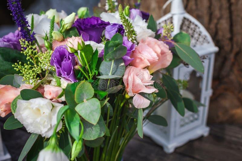 Bougie dans le candélabre près du bouquet des fleurs photographie stock libre de droits