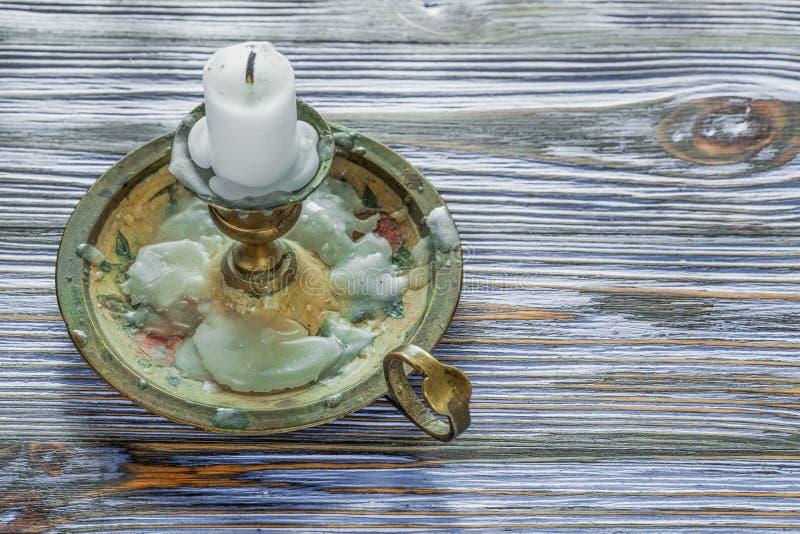 Bougie de chandelier en métal de vintage sur le conseil en bois bleu photos libres de droits