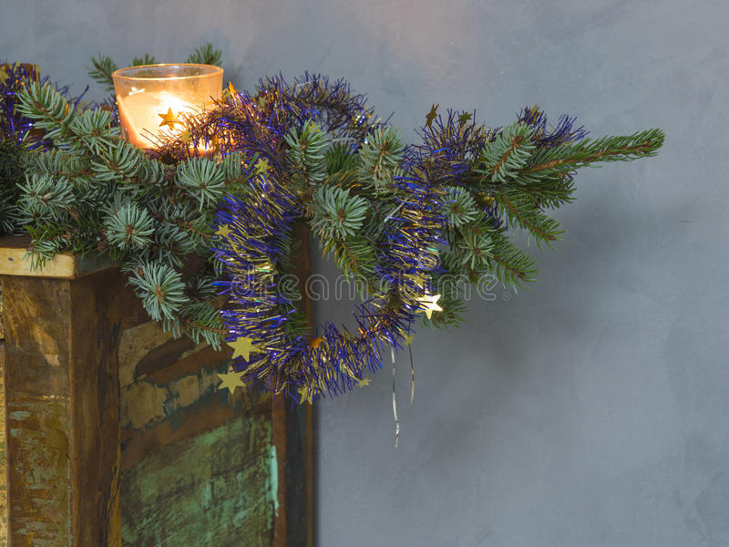 Bougie de décoration de Noël en verre et décorée sur le spr image libre de droits