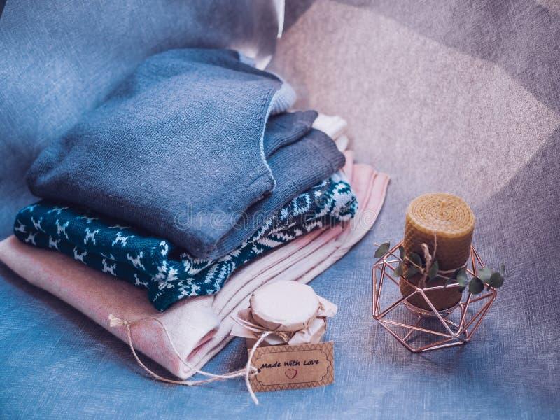 Bougie de miel et chandails de laine chauds, décorés des lumières menées, point de vue supérieure photographie stock libre de droits
