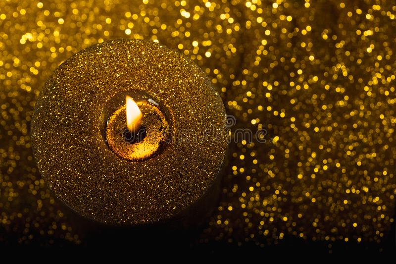 Bougie de Noël d'or avec le scintillement photo stock