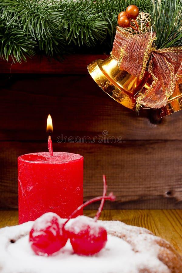 Bougie de nouvelle année avec le pudding de Noël image stock
