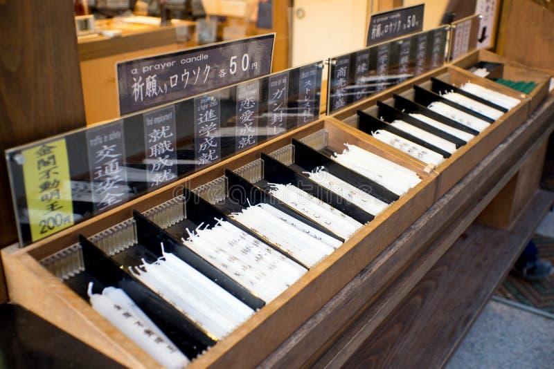 Bougie de Wihte pour la prière au Japon image stock