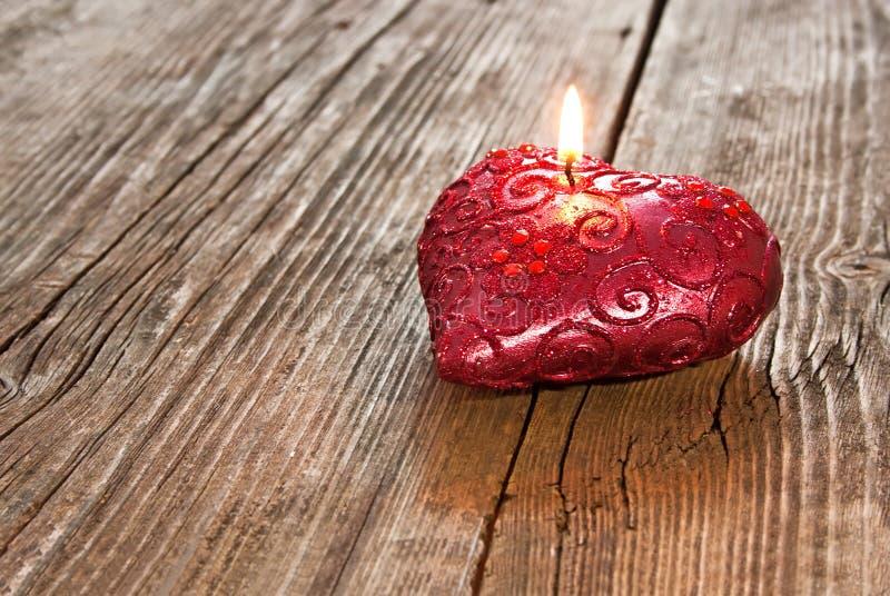 Bougie en forme de coeur rouge images libres de droits