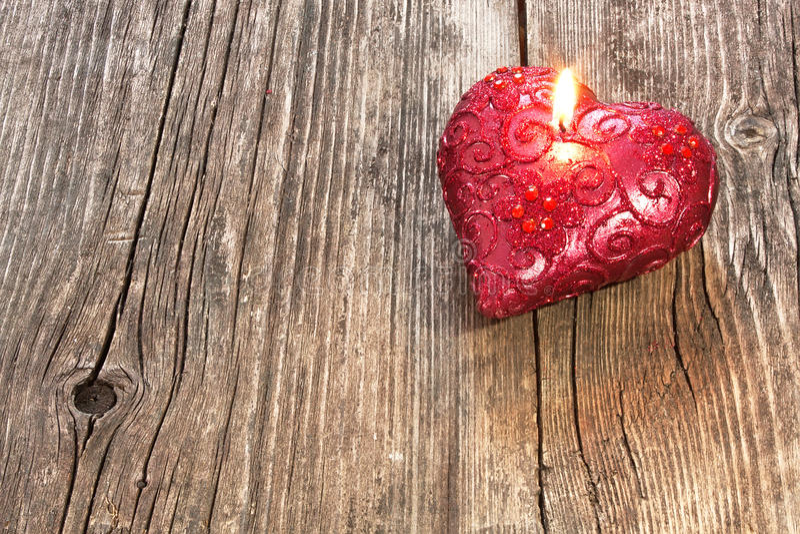 Bougie en forme de coeur rouge photo libre de droits