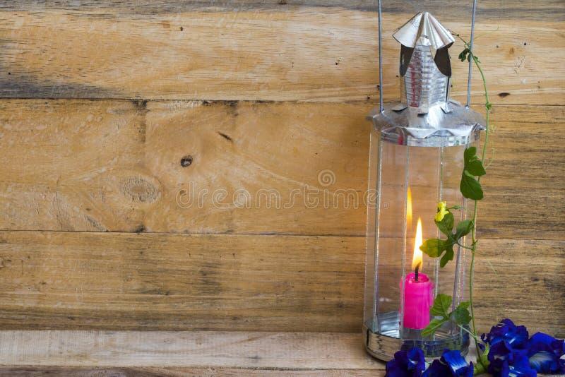 Bougie en lampadaire aux fleurs bleues décoration de pois papillon style carte postale images stock