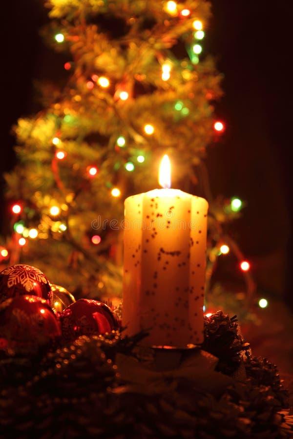 Bougie et l'arbre de Noël photo stock