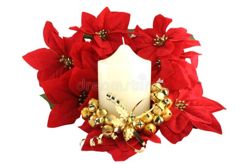 Bougie et Pointsettias d'église de Noël blanc photos stock