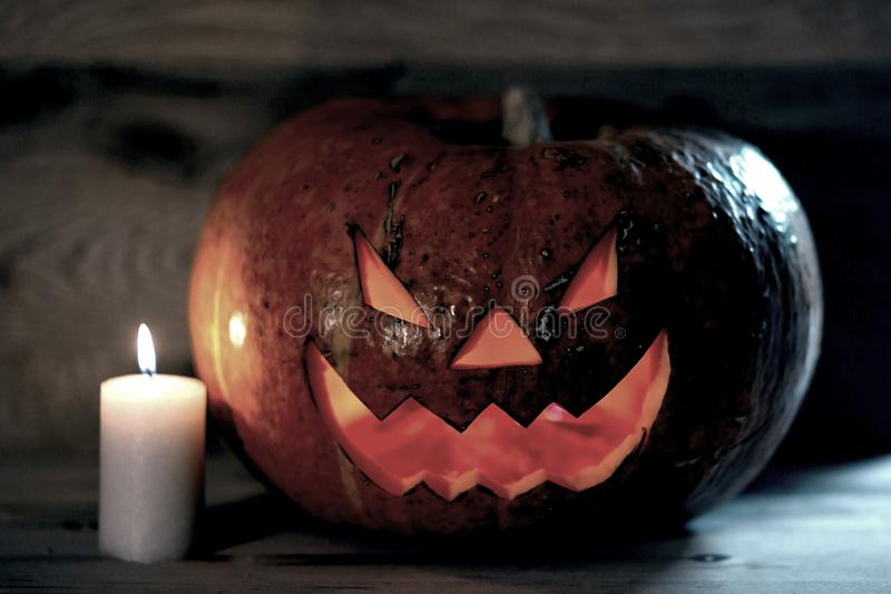Bougie et potiron de sourire rampant pour Halloween photo libre de droits